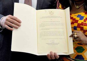 Übergabe der Urkunde. Foto: Gauchard