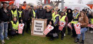 An der zentralen Kundgebung in Dortmund-Kley haben sich über 100 Beschäftigte der Systemgastronomie beteiligt.
