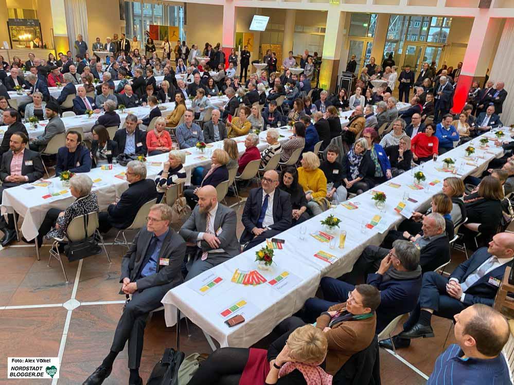 Mehr als 250 Menschen kam zur Verabschiedung von Hartmut Anders-Hoepgen im Rahmen einer Demokratiekonferenz im Rathaus. Fotos: Alex Völkel