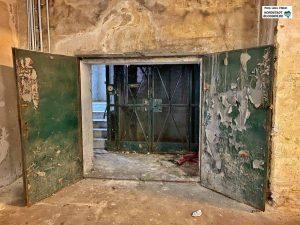 """Noch wirkt das Gebäude """"sehr rustikal"""" - möglichst viel vom Charme soll gerettet werden. Foto: Alex Völkel"""