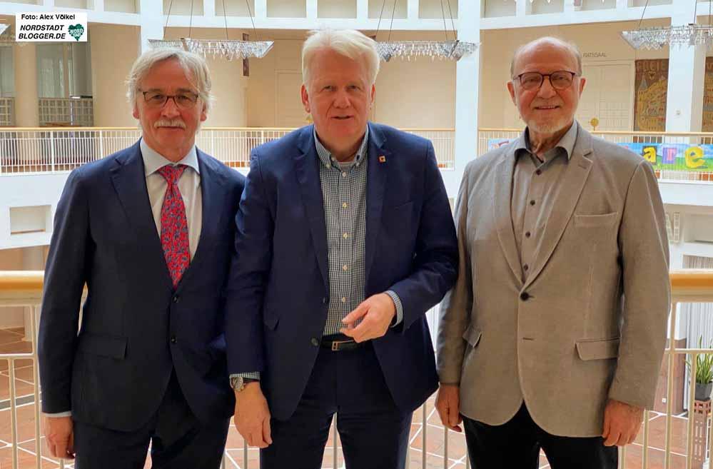 Manfred Kossack (li.) wurde von OB Ullrich Sierau zum Nachfolger von Hartmut Anders-Hoepgen (re.) berufen.
