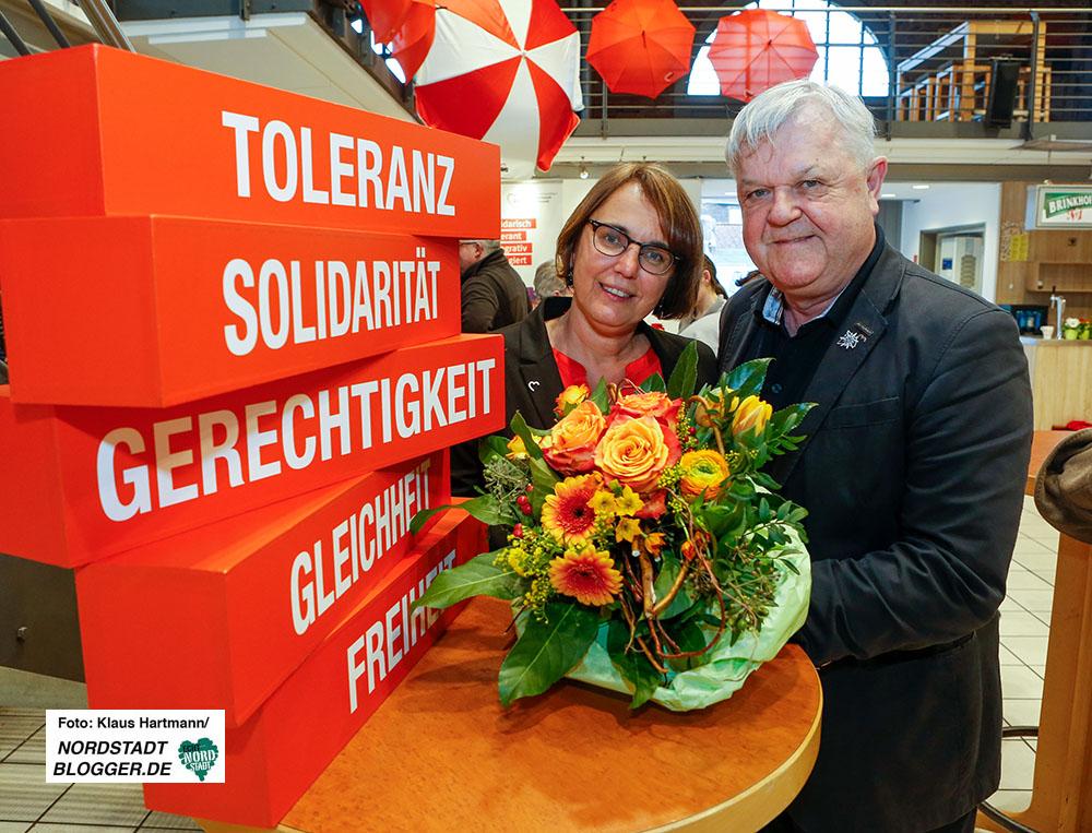 Die SPD-Landtagsabgeordnete Anja Butschkau tritt die Nachfolge von Gerda Kieninger als AWO-Vorsitzende in Dortmund an - Blumen gab es vom scheidenden Geschäftsführer Andreas Gora. Fotos: Klaus Hartmann