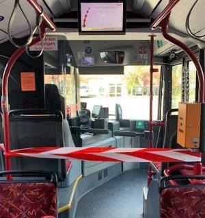 Die Stadtwerke lassen die vorderen Türen in den Bussen geschlossen und sperren auch die vorderste Sitzreihe.