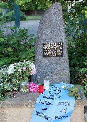 Der Gedenkstein für von Neonazi Michael Berger ermordeten Polizisten Thomas Goretzky in Brackel. Foto: Marcus Arndt