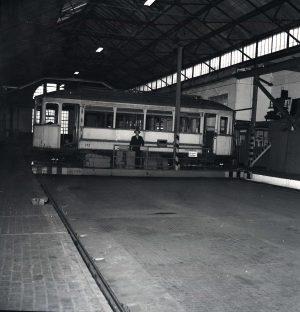 Straßenbahn auf der Schiebebühne in der Hauptwerkstätte, 1954 (Historischer Verein der Dortmunder Stadtwerke)
