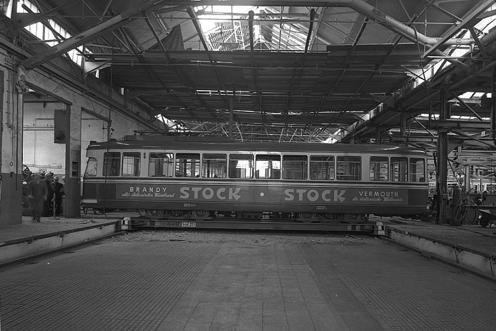 Straßenbahn auf der Schiebebühne in der Hauptwerkstätte, 1967 (Historischer Verein der Dortmunder Stadtwerke)