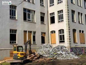 Der Abriss des Altbaus der Anne-Frank-Gesamtschule schreitet voran. Foto: Alex Völkel