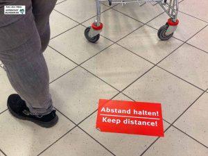 Abstand halten ist in Zeiten von Corona im Einzelhandel oberstes Gebot. Foto: Alex Völkel