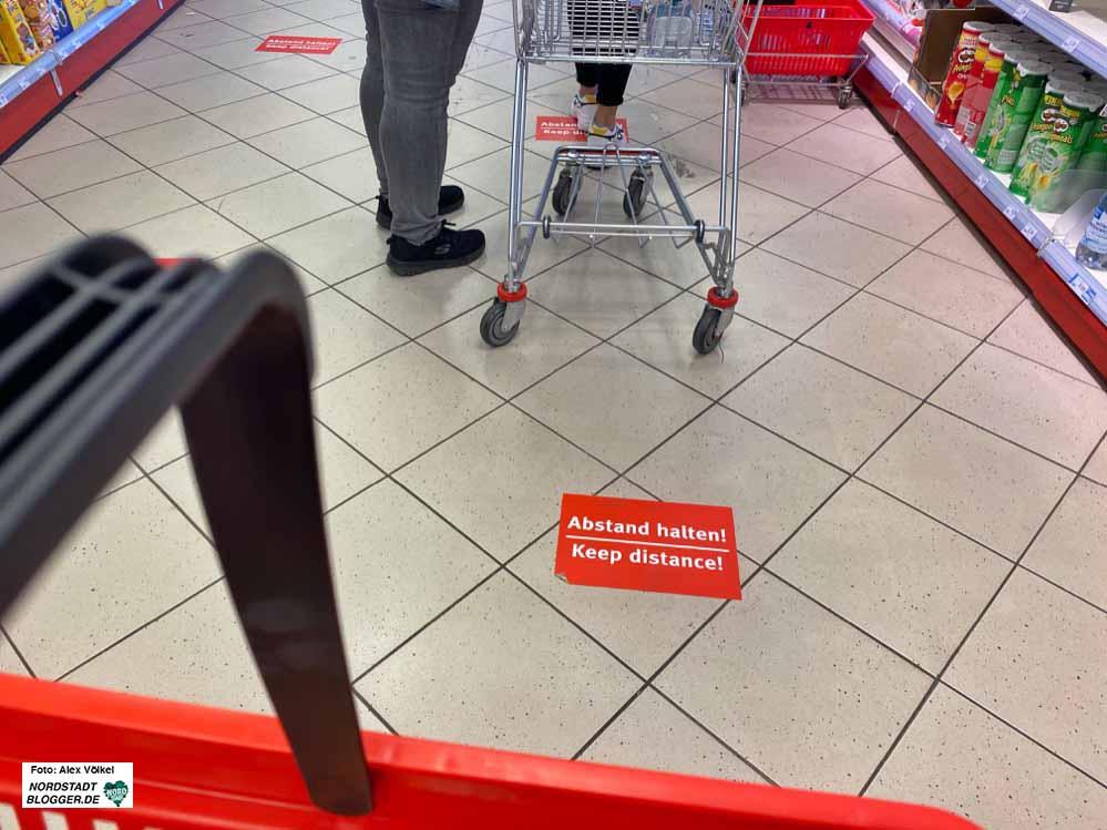 In Geschäften müssen Mindestabstände eingehalten werden. Bei Verstößen drohen Strafen. Foto: Alex Völkel