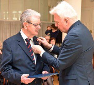 Bruno Schreurs erhielt das Verdienstkreuz am Bande für sein vielfältiges Engagement im politischen und sozialen Bereich.