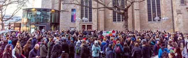 Mahnwache der Seebrücke bringt hunderte Menschen solidarisch vor der Reinoldikirche Dortmund zusammen