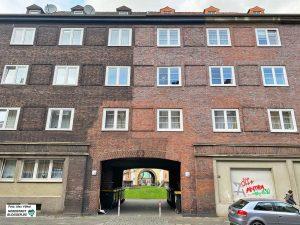 Die Ausbesserungen an der Fassade erzählen eine eigene Geschichte.