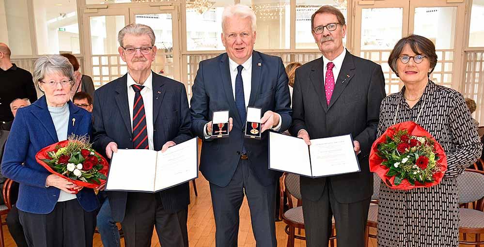 OB Ullrich Sierau zeichnet Dr. Bernd Kemper und Bruno Schreurs aus. Auf dem Gruppenbild: Ehepaar Schreurs (li), Ehepaar Kemper (re). Fotos: Torsten Tullius