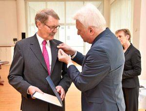 Dr. Bernd Kemper wurde für sein jahrelanges soziales Engagement die Verdienstmedaille verliehen.