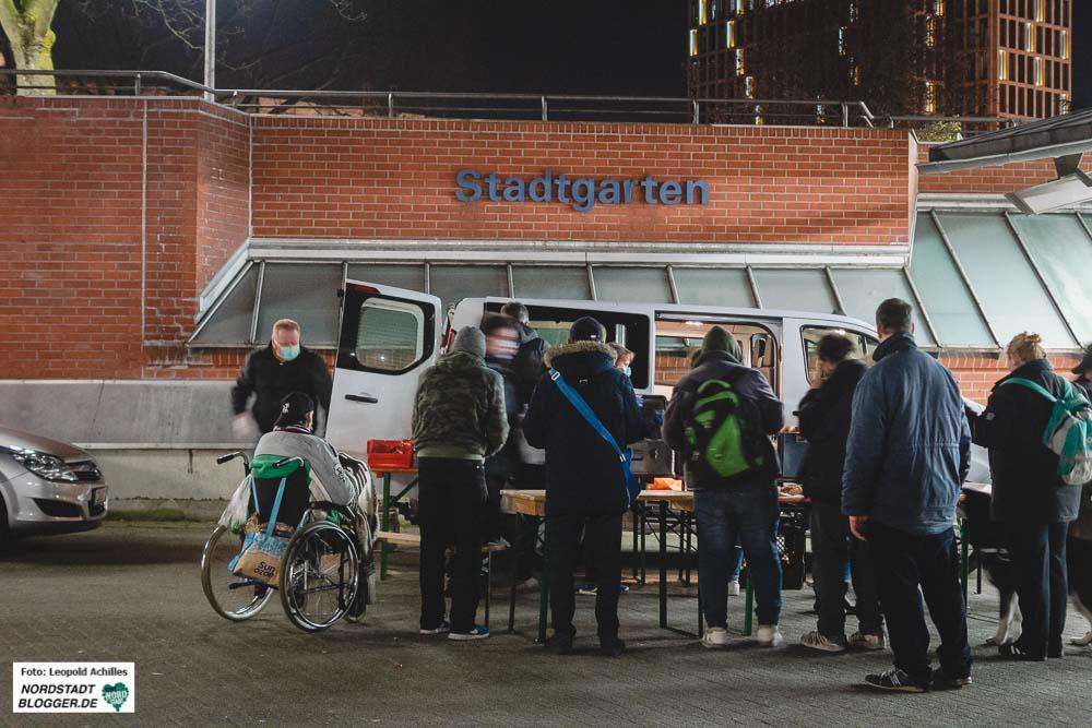 Der Wärmebus am Stadtgarten in Dortmund. Ab 30. März zieht das Angebot vorerst zum Dortmunder U, sowie zum Nordmarkt und weitet seine Arbeit sogar aus.