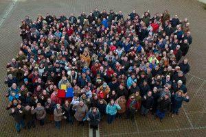 Gruppenbild der Beschäftigten der Werkstätten über den Teichen. Foto: WUET