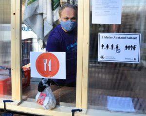 Am Wichernhaus werden jetzt neuerdings auch Lunchpakete ausgegeben. Foto: Tim Cocu/DW