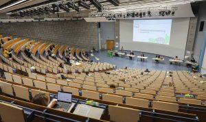 Der größte Hörsaal der Universität war mit 700 Plätzen ausreichend dimensioniert, damit die rund 60 Mitglieder genügend Abstand voneinander halten konnten.
