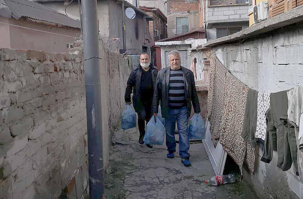 Die ersten Hilfsgüter wurden bereits vor Ostern in Stolipinovo verteilt. Fotos: Grünbau
