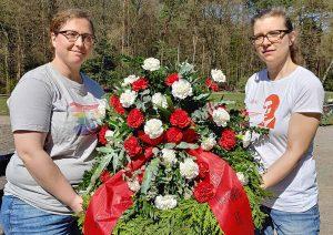 Kranzniederlegung: Links Charlotte Muche, rechts Sophie Niehaus (beide im Vorstand der Falken Dortmund). Foto: Falken