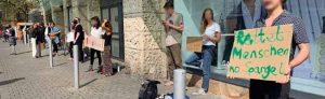 Etwa 25 Menschen haben sich mit Schildern vor einem Waffelstand aufgestellt. Fotos: Karsten Wickern