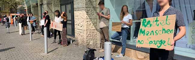 Politische Einkaufsschlangen: Alternativer Protest für Flüchtlinge in griechischen Camps endet mit Platzverweisen