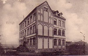 Bild der ehemaligen Mädchen-Mittelschule, Lindenstr. 51a, Ausschnitt aus einer Ansichtskarte gelaufen 1903. In dem Gebäude war in den 1930er Jahren die Israelitische Schule. Foto: Sammlung Klaus Winter