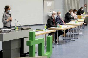 Isabel Rothe (stellv. Vorsitzende des Hochschulrats), Prof. Lorenz Schwachhöfer (Senatsvorsitzender und Leiter der Hochschulwahlversammlung), Prof. Ernst Rank (Vorsitzender des Hochschulrats und der Findungskommission) und Ralf Offele (Geschäftsführer des Senats) leiteten die Wahl des neuen Rektors (von links).