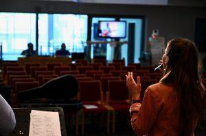 Anders als sonst sind die Reihen an diesem Sonntag leer. Dafür verfolgen viele Zuschauer den Gottesdienst am Fernseher von zu Hause aus.
