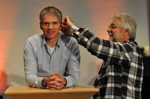 Pastor Karsten Matussek bekommt sein Mikro für den Livestream-Gottesdienst. Fotos: Christuskirche