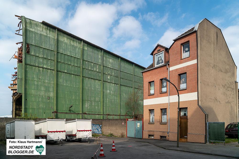 Die markante grüne Halle von Hoesch Spundwand (HSP) wird abgerissen. Rheinische Straße. Hier: Bessemer Straße. Fotos: Klaus Hartmann