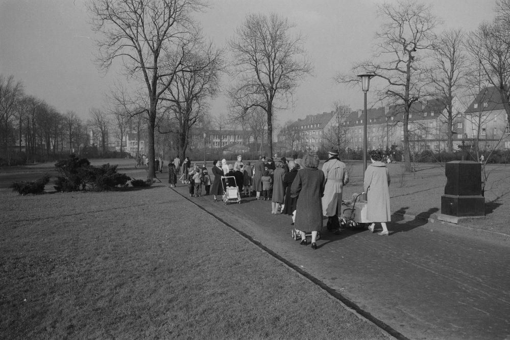 Spaziergänger*innen im Westpark, 1957 (Stadtarchiv Dortmund)