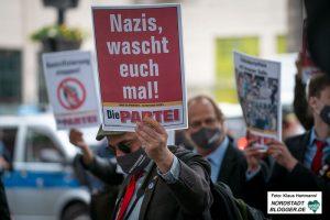 Demonstration von Grenzenlos Solidarisch auf dem Friedensplatz gegen Verschwörungsideologien.