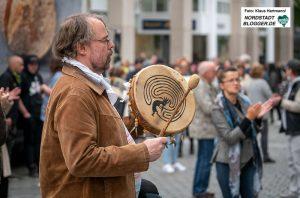 Demonstration gegen die Pandemie-Maßnahmen, Hansastraße. Ein bunte Mischung aus unterschiedlichen Personen samt Dortmunder Neonazis versammelten sich auf der Hansastraße in Höhe des Hansaplatzes um gegen die Beschränkungen des öffentlichen Lebens in Pandemiezeiten zu protestieren.