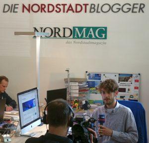 Fotograf Leopold Achilles im Interview mit dem WDR-Reporter Christof Voigt.