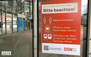 In Bussen und Bahnen - aber auch an den Haltestellen - gilt die Maskenpflicht. Foto: Alex Völkel