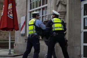 Nachdem die Versammlungsteilnehmer*innen nicht Folge leisteten, griff die Polizei durch. Foto: David Peters