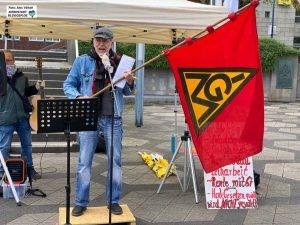 Gewerkschafter Gerd Pfisterer mit einer 50 Jahre alten IG Metall-Fahne. Foto: Alex Völkel