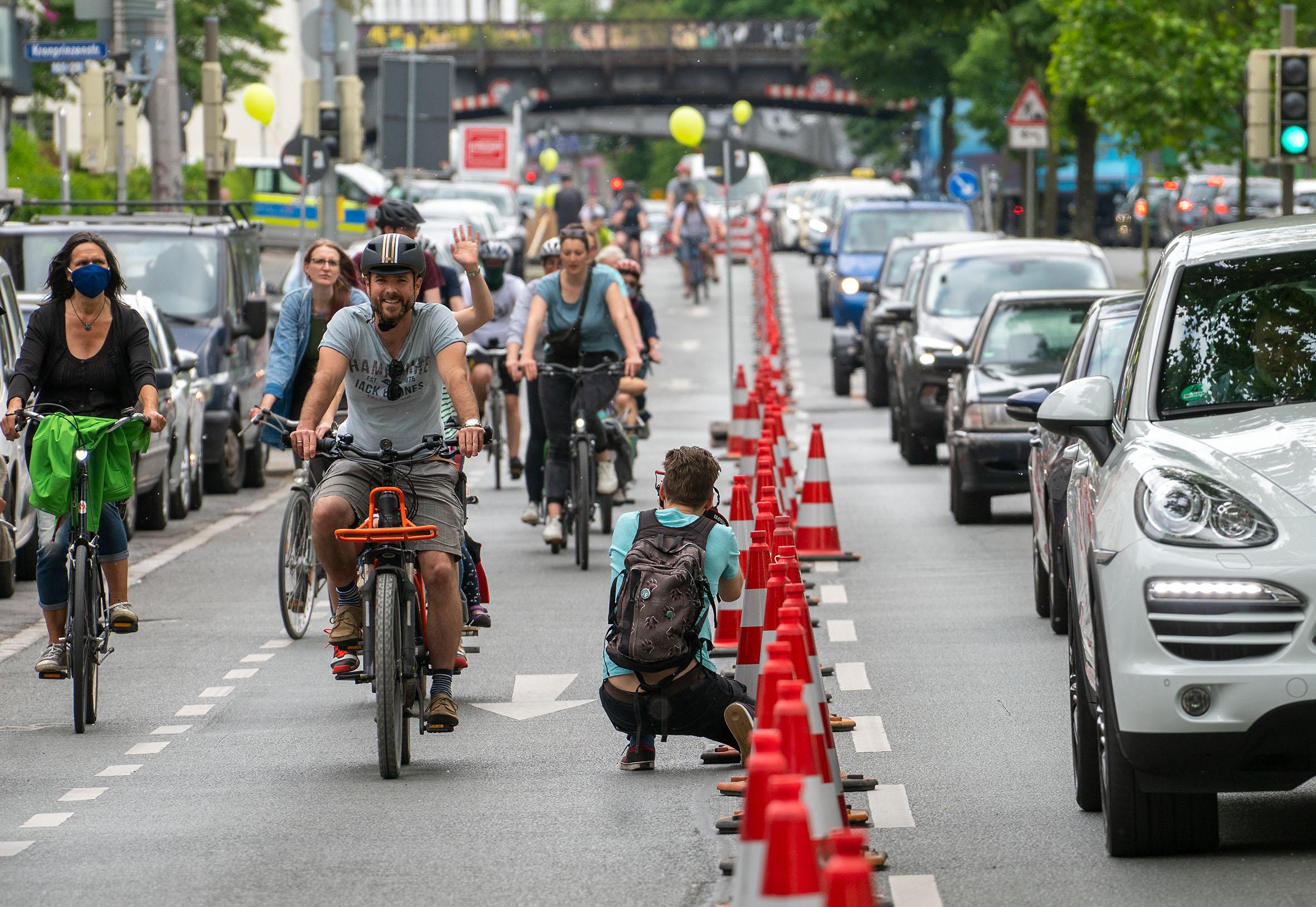 """Ein temporärer Radfahrstreifen - eine """"PopUp-Lane"""" - gab es auf dem Heiligen Weg. Fotos: Klaus Hartmann"""