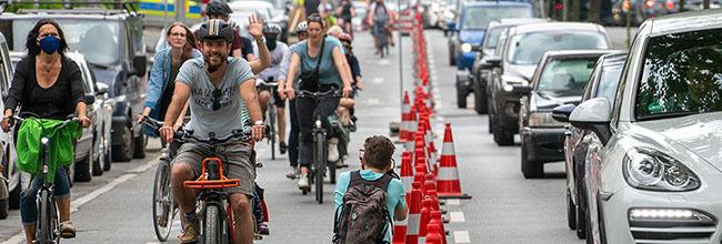 Angstfreies Radfahren auf dem Heiligen Weg: 300 Radfahrende testen neuartigen Radfahrstreifen – geteiltes Echo auf Aktion