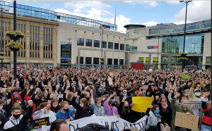5000 Menschen zeigten auf dem Hansaplatz ihre Solidarität. Dies machte einen Mindestabstand zwar schwierig, aber die Maskenpflicht wurde eingehalten. Foto: Mariana Bittermann
