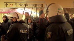 Auch Christoph Drewer (Bildmitte) wird erneut wegen Volsverhetzung angeklagt. (Foto: Screenshot)