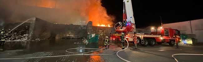 Feuerwehreinsatz in der Nordstadt: Großbrand bei Recyclingfirma im Hafen – es wurde niemand verletzt