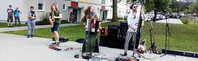 """Wenn der eigene Hof zum Konzertsaal wird: """"Trio Randale"""" begeistert Vivawest-Mieter*innen mit Live-Konzert"""