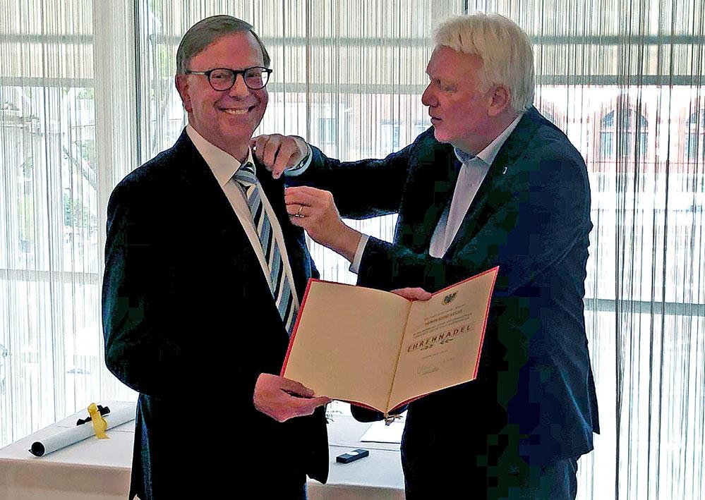 Die Ehrennadel der Stadt Dortmund überreichte OB Ullrich Sierau an Gerd Kolbe. Damit wurde seine Arbeit auf sportlichem und kulturellem Gebiet sowie seine geschichtshistorischen Verdienste gewürdigt. Foto: Joachim vom Brocke