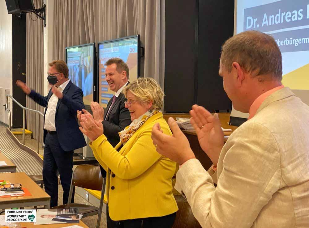 Stehende Ovationen gab es für Dr. ndrwas Hollstein - Thorsten Hoffmann, Claudia Middendorf und Sascha Mader (v.li.).