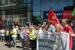 Demo mit Betriebsräten betroffener Galeria Karstadt Kaufhof und Karstadt Sports Filialen.