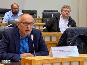 Dr. Frank Renken, Leiter des Gesundheitsamtes, im Hintergrund Unternehmensgründer und Geschäftsführer Jürgen Siedler (re.)