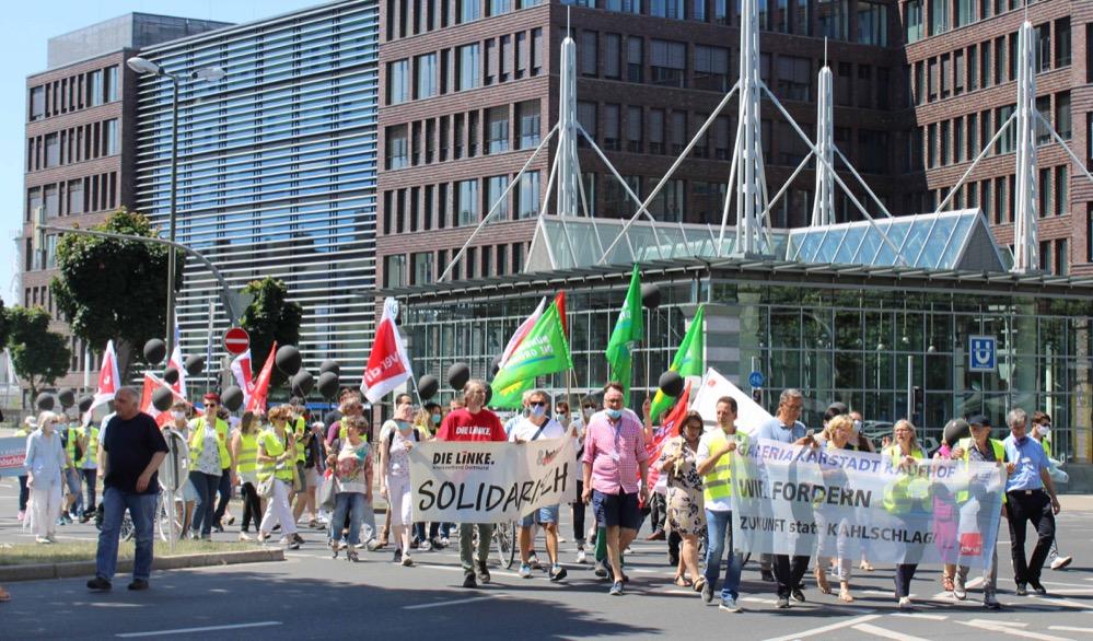 Betriebsräte, Gewerkschafter*innen und Politiker*innen demonstrierten gegen die Kaufhaus-Schließungen. Fotos: Claus Stille