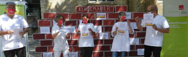 """""""Klagemauer"""" für bessere Arbeitsbedingungen und mehr Personal in der Pflege vor der Reinoldikirche"""